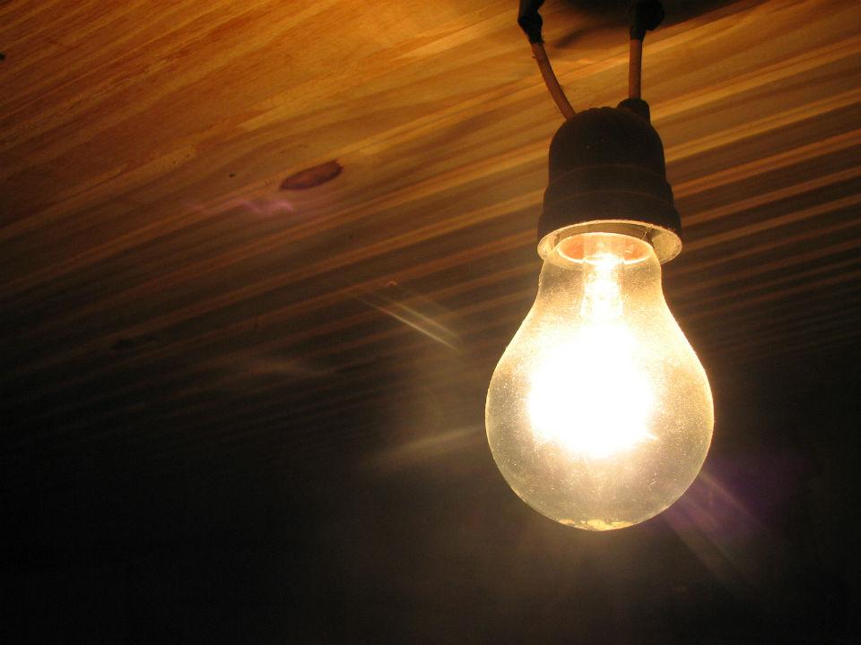Schema Elettrico Per Accendere Una Lampada Con Due Interruttori : Collegamento di un interruttore per lampada abat jour youtube