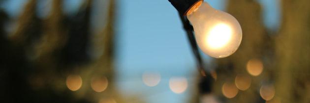 Come decorare il giardino con una catenaria di lampadine